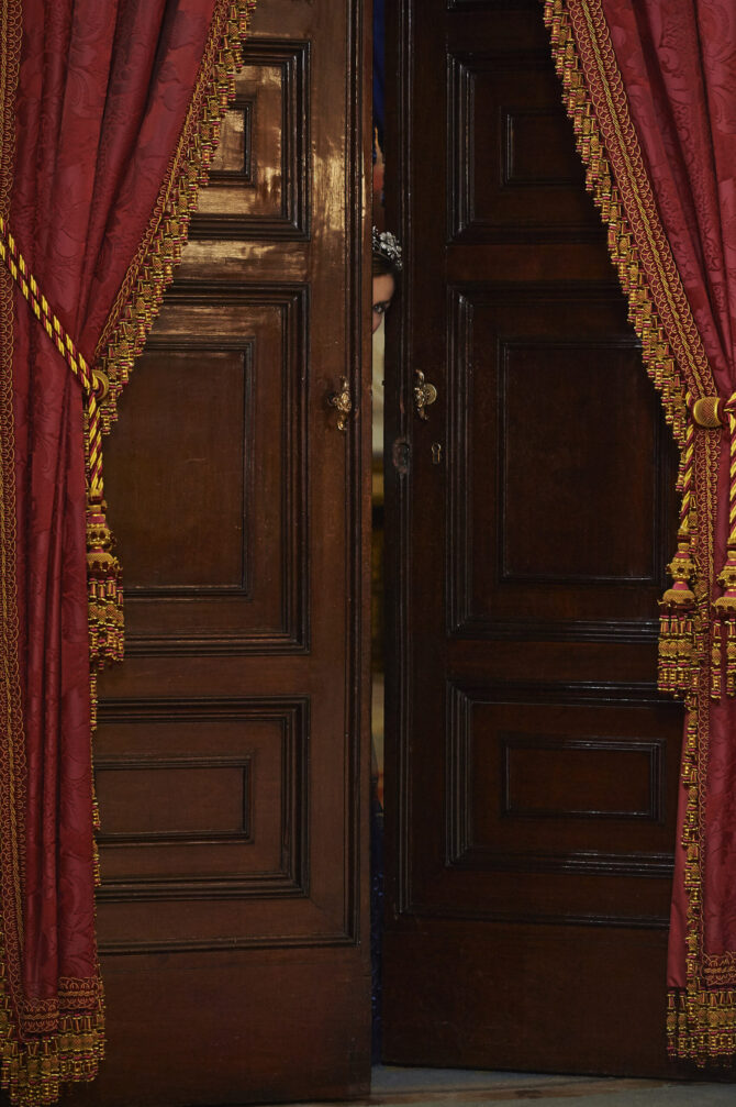Knock, knock, knockin' on Palace Door (Llamando a la puerta)